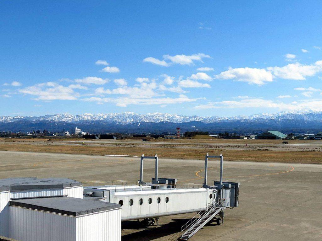 小松空港展望デッキから眺める白山連峰