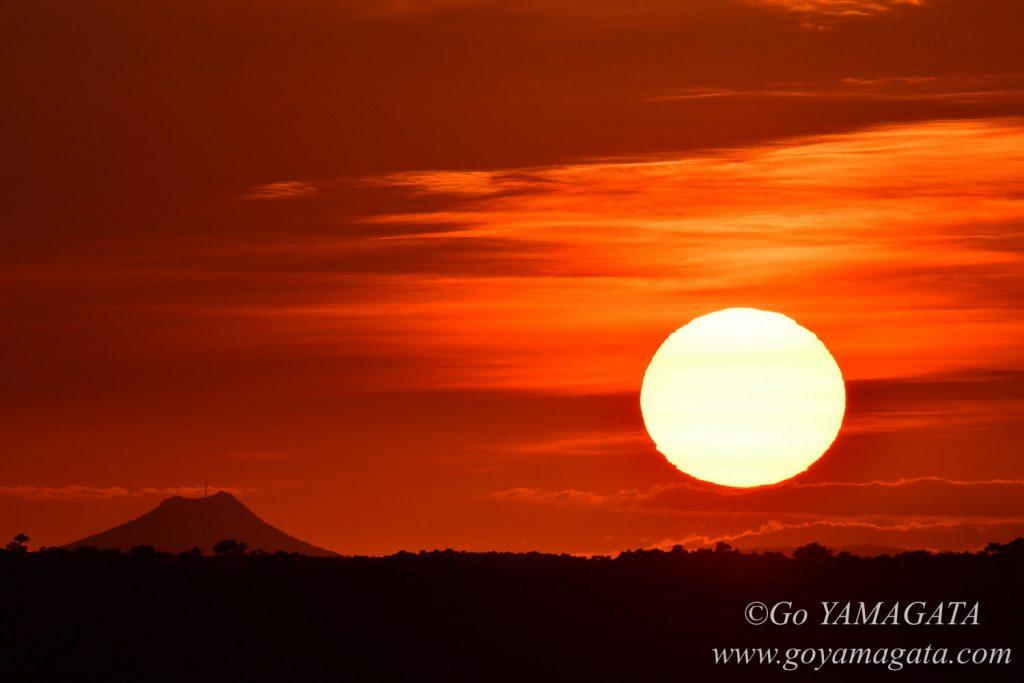 遠くジンバブエから昇る朝日