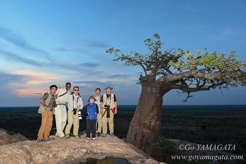 広大なボツワナの大地とバオバブを背に
