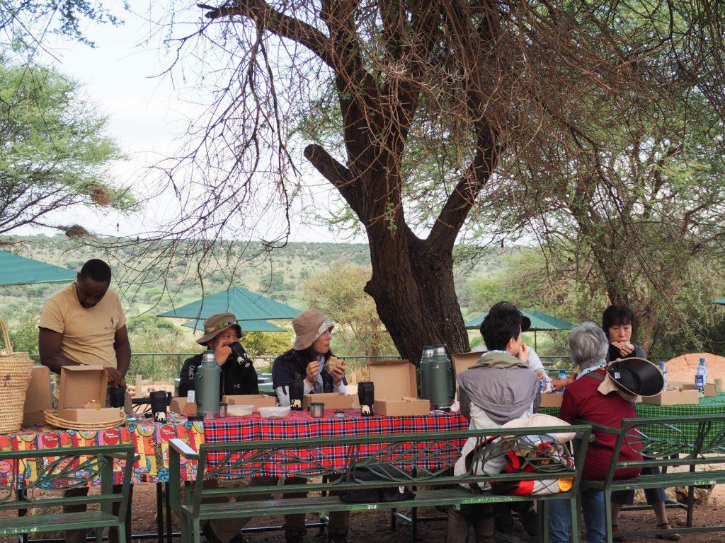 早起きして、公園で朝食。ガイドのユスフがタンザニアの歴史、アフリカの民俗について朝のレクチャーをしてくれました!