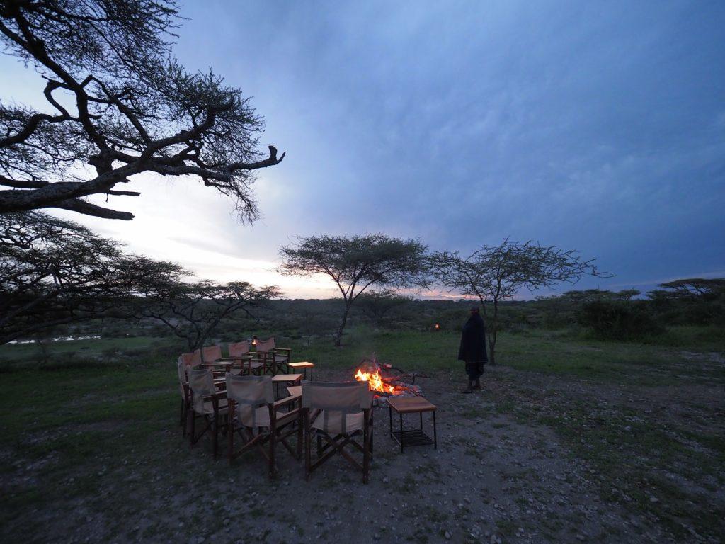 朝から晩までの長いサファリを終え、焚火の周りでサンセットを眺めながら一息