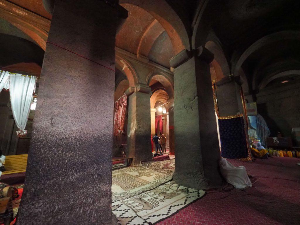 天然の岩を刻んで造形したとは到底思えない教会内部