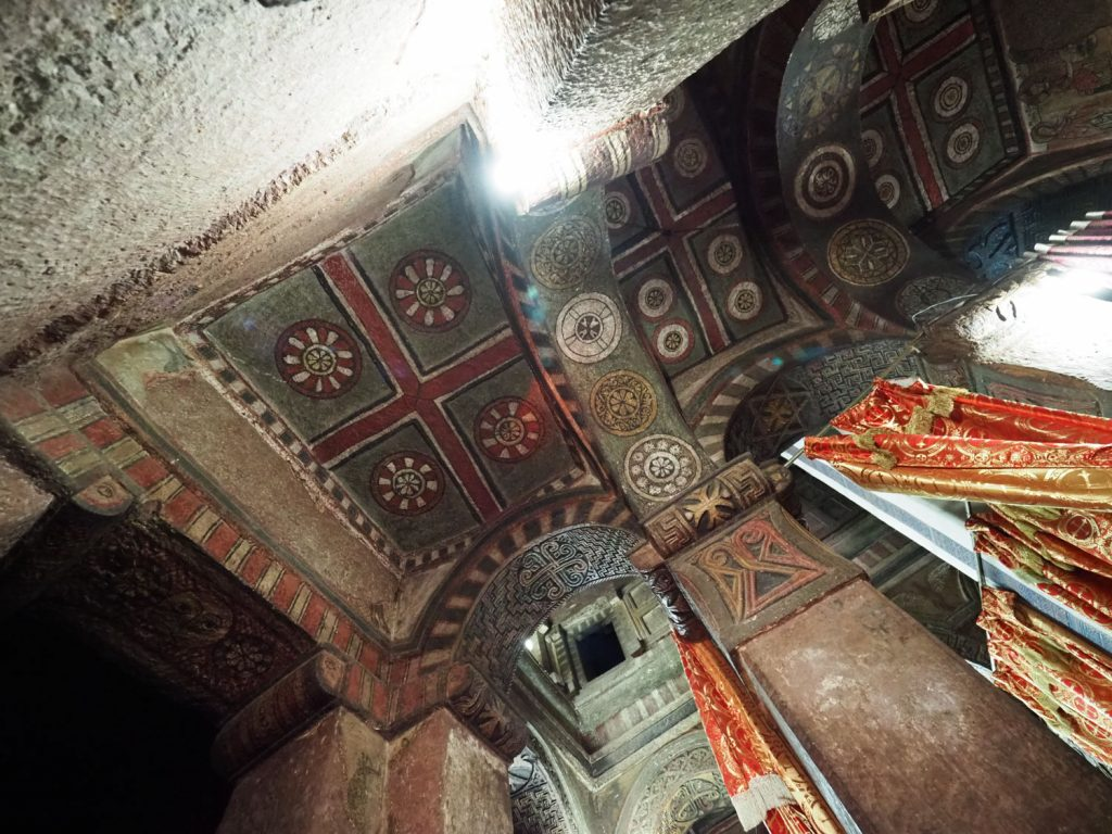 色も鮮やかに残る天井装飾
