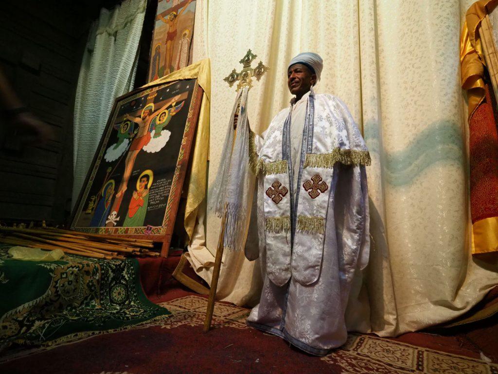アッバ(神父)の服装と儀礼用の十字架も、教会によって一つ一つ形状が異なります