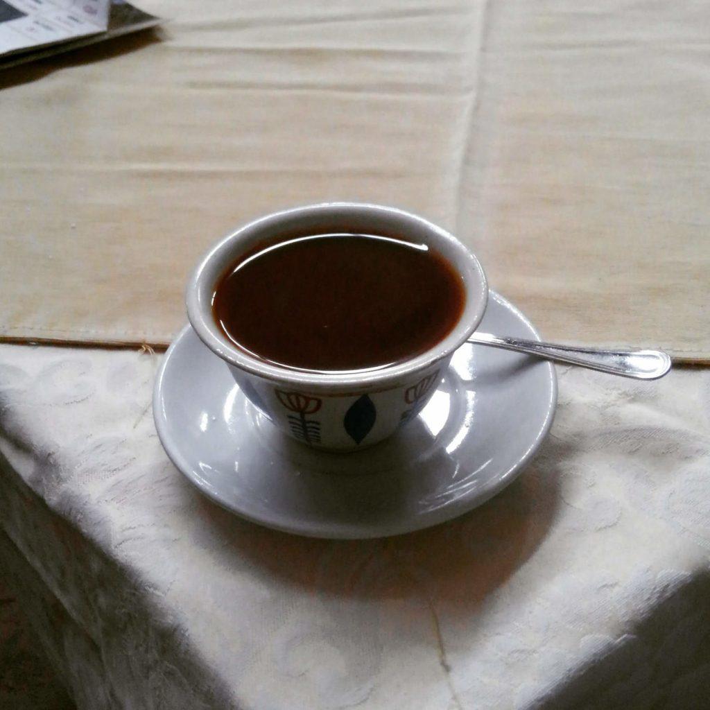 生豆を炒って挽き、ジャバナと呼ばれるポットの中で煮立てたものが供されるコーヒー