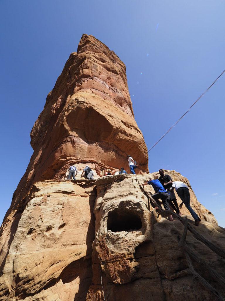 半ばロッククライミングのような登りを慎重に続けて到達します