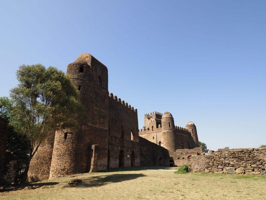 ヨハンネス1世、イヤス1世、ダウィト3世、バカッファ帝、メントゥワブ妃の5人によって築かれた城や建造物が点在しています