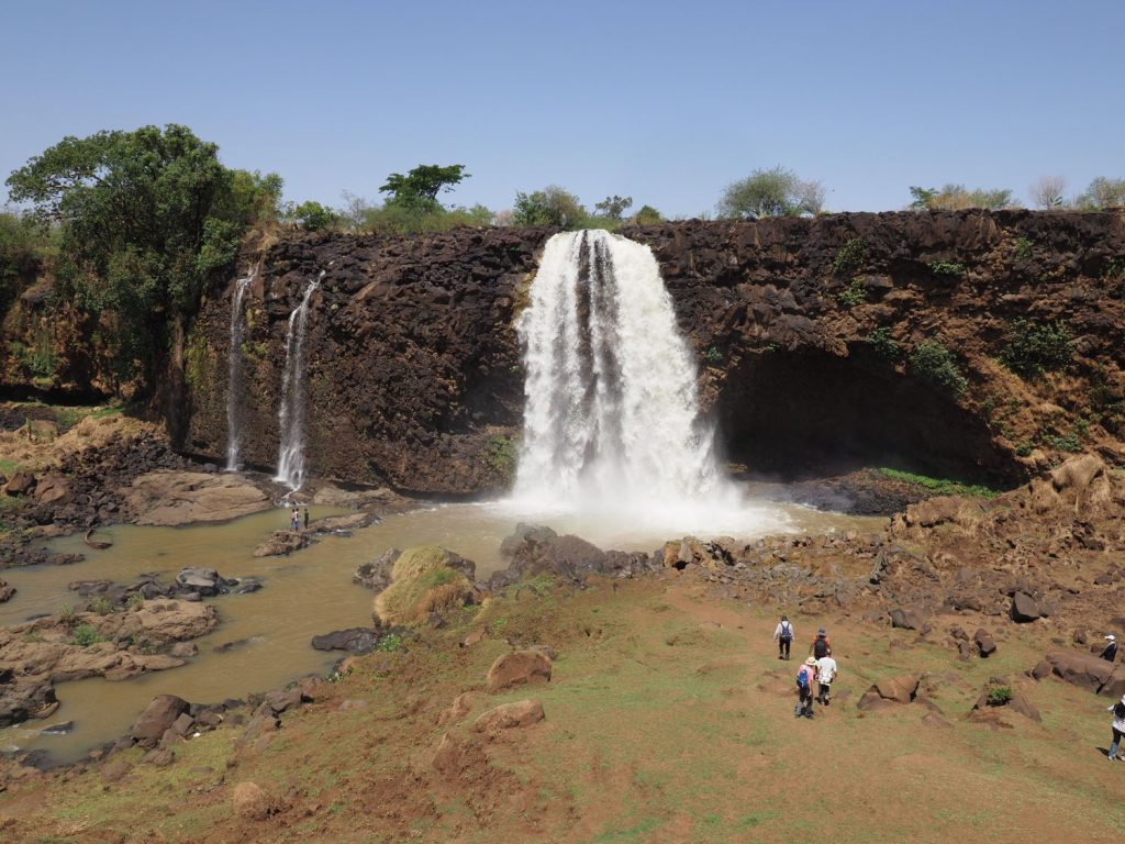 水量は少ないものの、迫力ある青ナイル滝
