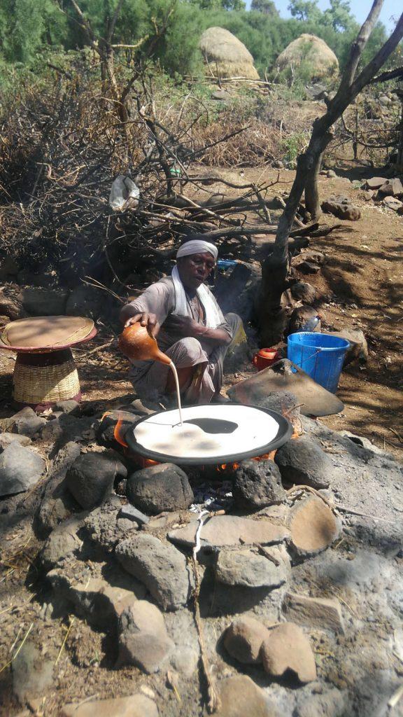 国民食インジェラを焼くデモンストレーションを見せてくれた村人