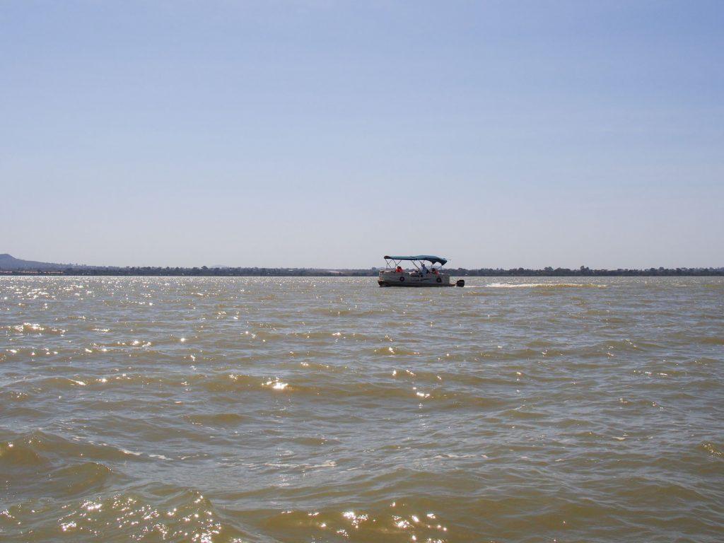 タナ湖をボートで遊覧し、ゼゲ半島の修道院へ