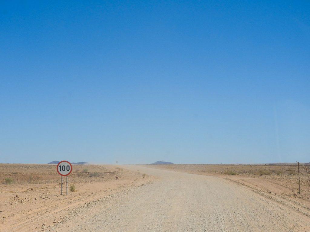 スワコプムントに向かって舗装してない道を走ります。対向車が少ないので埃もさほど気になりません。なんと制限速度は時速100kmです。