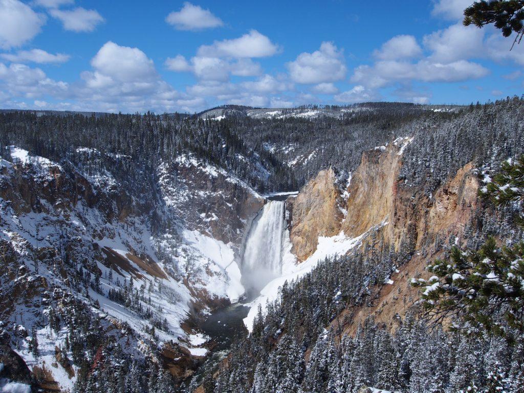 ものすごい深さの渓谷とそこに流れ落ちる滝。写真には納まりきらないほどの絶景です。