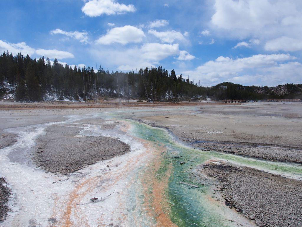 いたるところから硫黄成分の含まれる温泉が湧き上がっています。