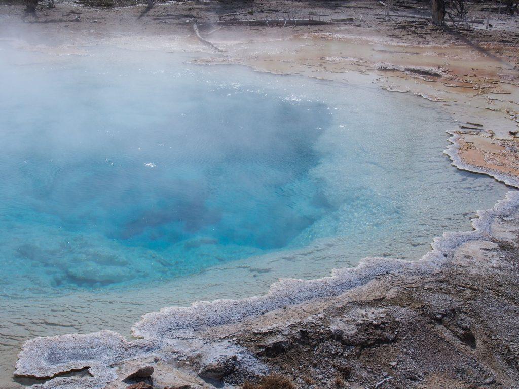 お湯の中に住む微生物たちが色鮮やかに大地や温泉を彩ります。