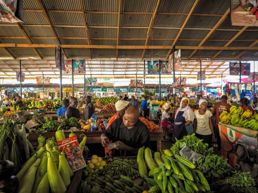 簡単に街をぶらぶら。活気のある野菜市場。