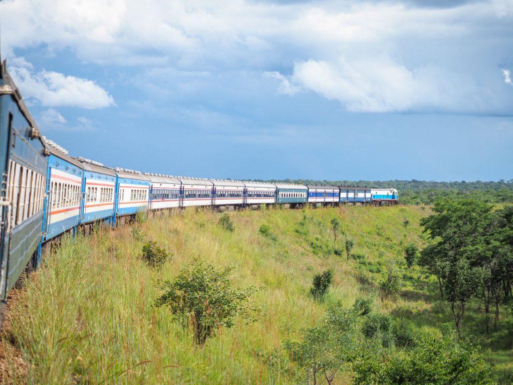 先頭が機関車両。貨車が3両連なり、そこから三等車両が4両連なります。真ん中の水色の3両は食堂車両とBAR車両。