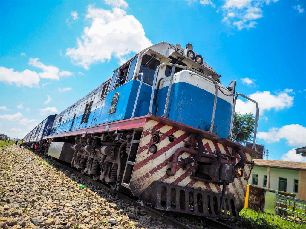 停車時間が長いので先頭の機関車両を見に行きます。迫力があります。まさに鉄の塊!男心をくすぐられます。