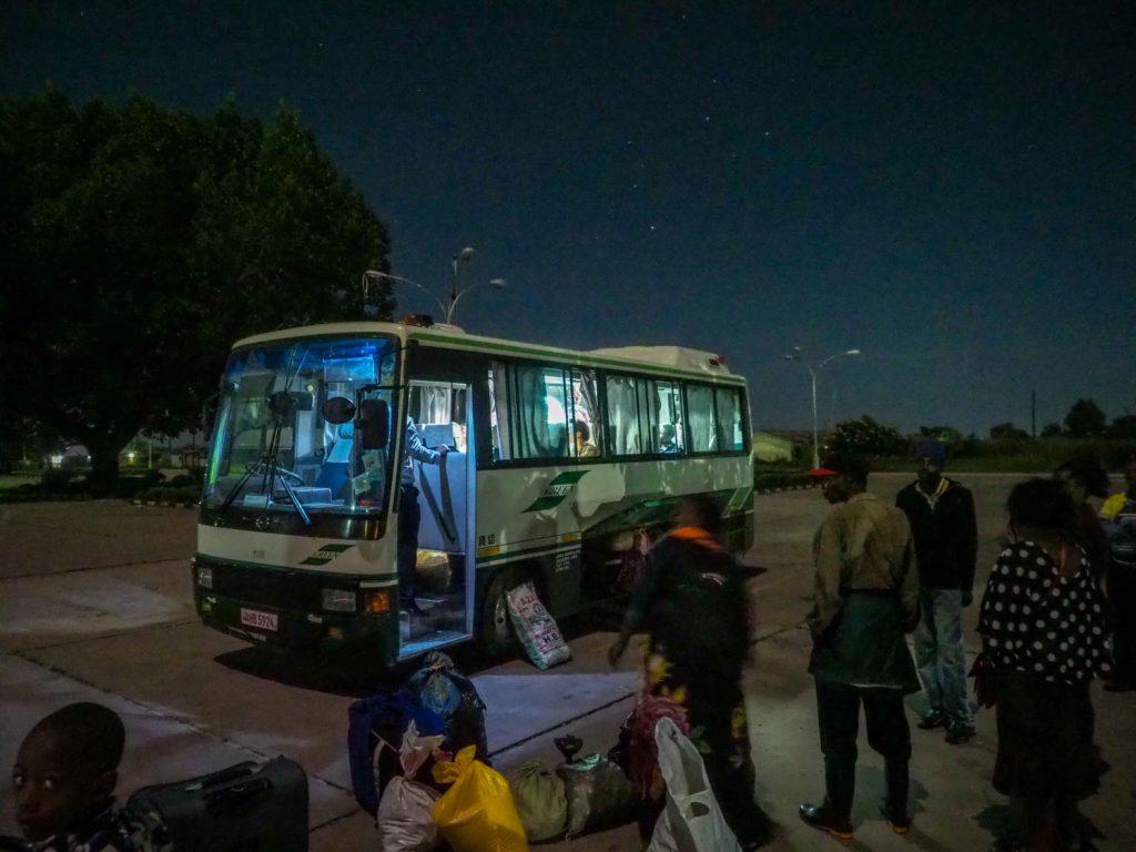 夜明けごろ、乗り合いバスに交渉して、まずはザンビアの首都ルサカへ。