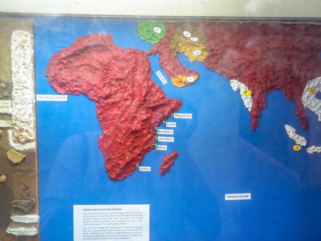 南部ソマリアの首都Mogadishuから、遠く南のモザンビークSofalaまで。このアフリカ大陸東側を総称して「スワヒリ・コースト」と呼びます。インド洋を渡り、遠くインドからマレーシア、中国までもが交易の相手でした。