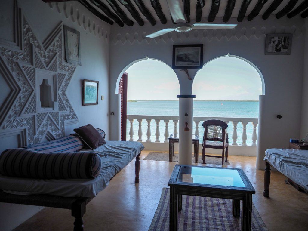 ラム島で拠点としたのは外洋に出やすいシェラの街。宿はこじんまりとしたスワヒリ建築のゲストハウスです。