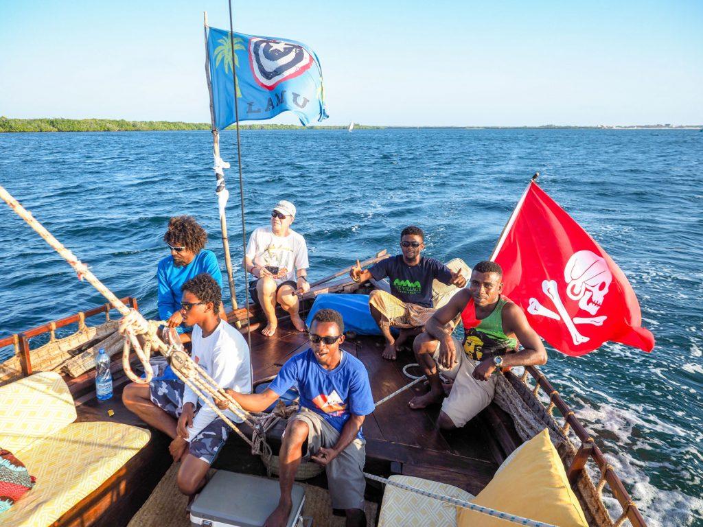 三角帆を大きく張って、風を受けて走ります。ご参加者の1人も早速舵取りを任されました。
