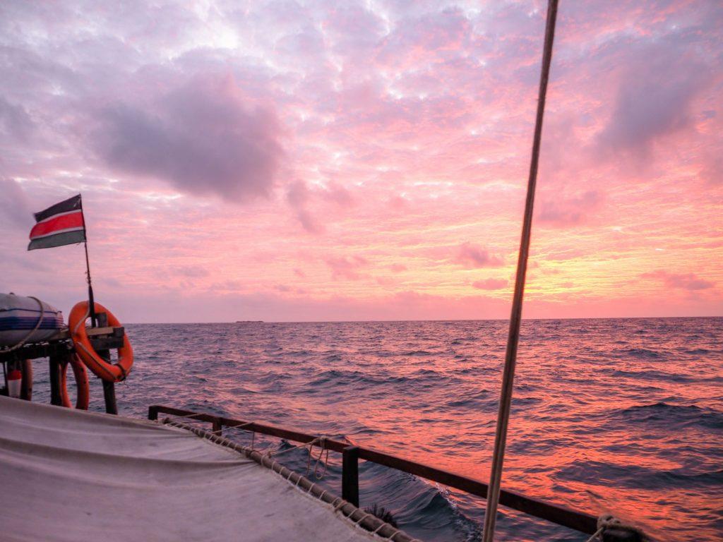 翌朝、いよいよ外洋へと出発。まだあたりが暗いうちに出発し、洋上で美しい日の出を浴びます。