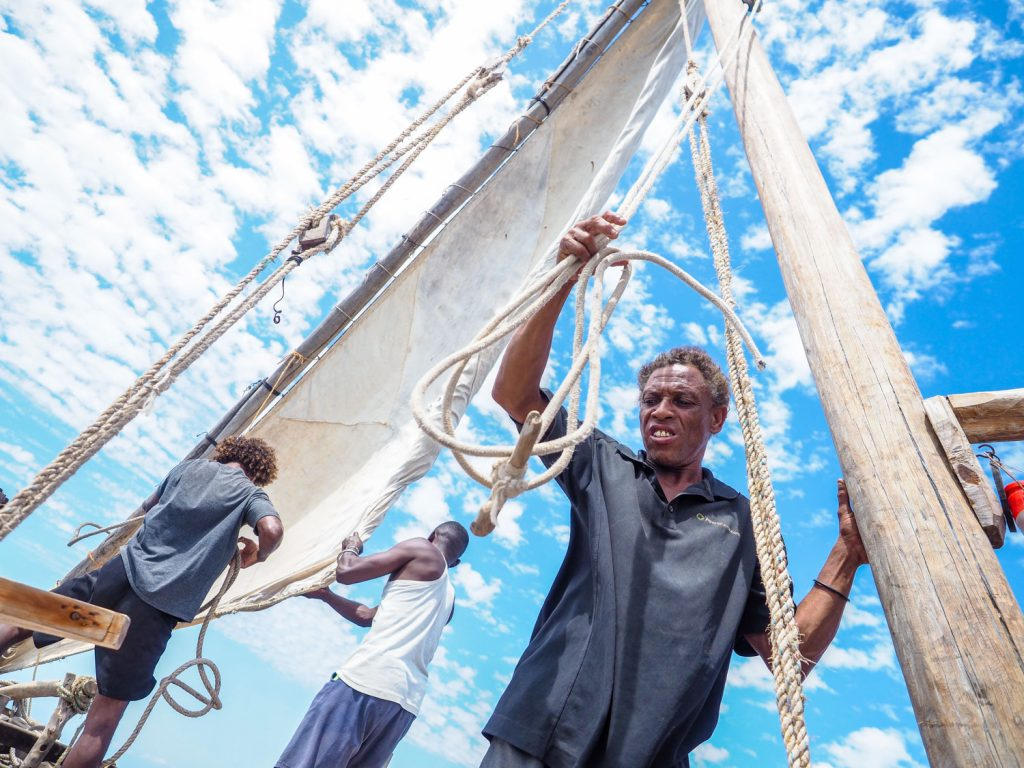 帆を張るこの瞬間の興奮は、ダウ船の旅の醍醐味です。