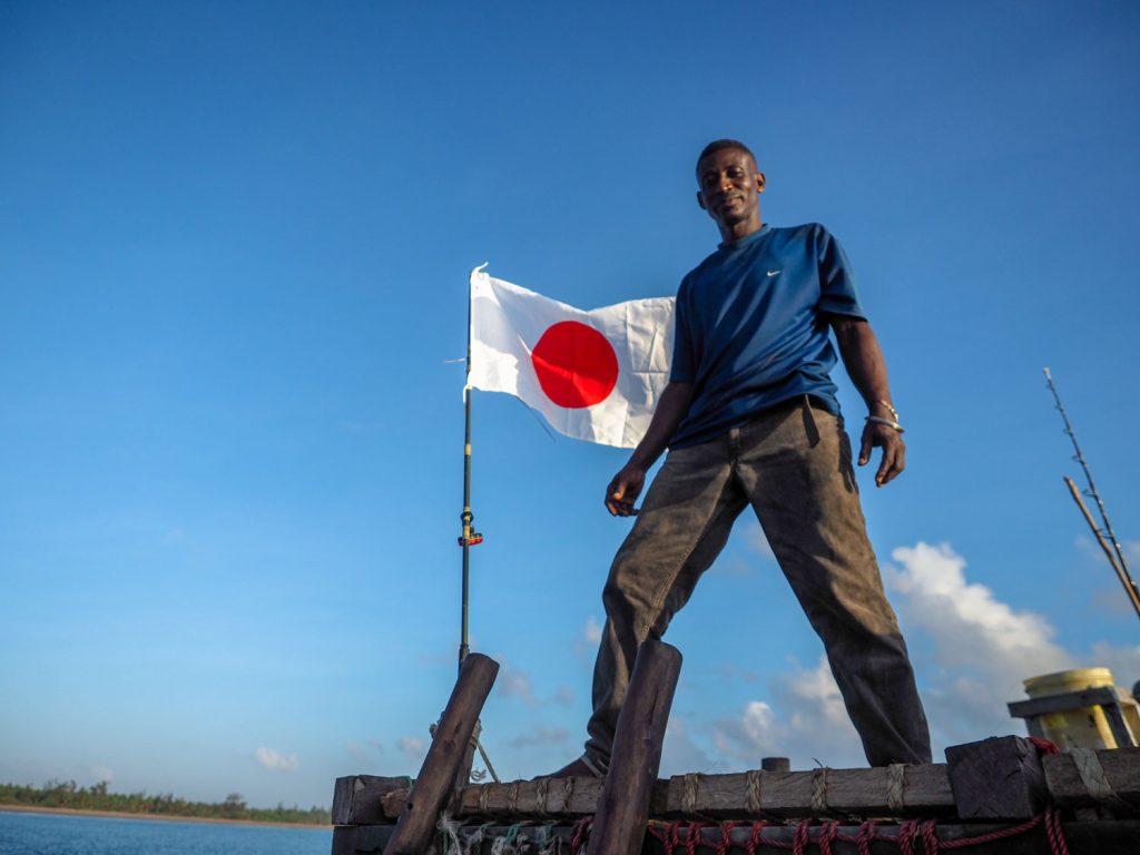 日本の旗も掲げました!インド洋の風にたなびいております。