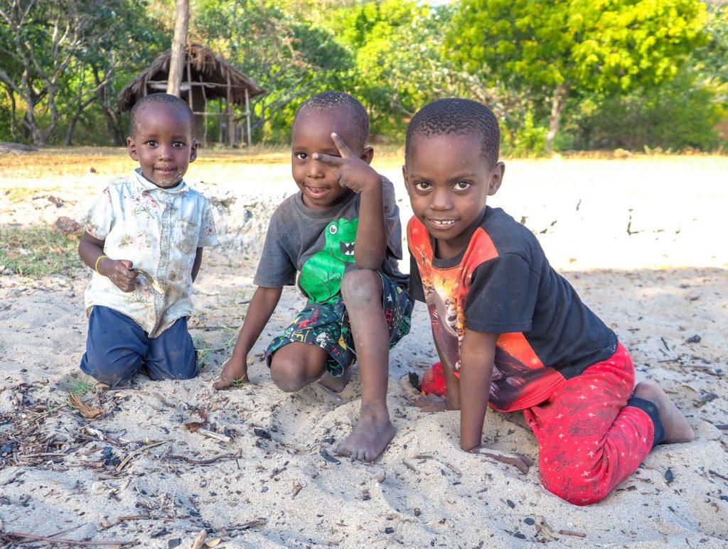 砂浜でのんびりしていると、近所の子供たちが遊びに来ました。