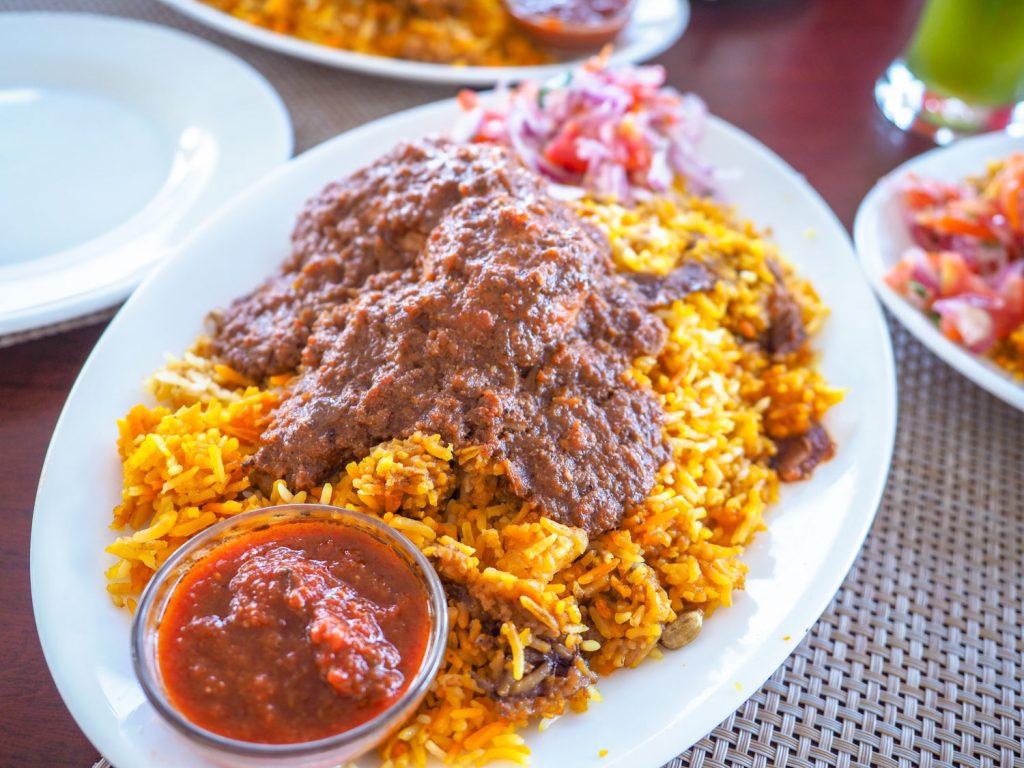 モンバサの旧市街の食堂にて。絶品のスワヒリ料理の1つ、マトン・ビリヤ二です。