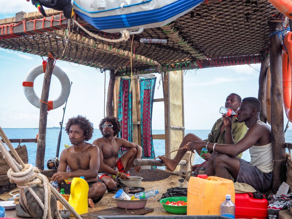 モンバサを出発し、次なる目的地はシモニ半島。ケニア共和国の最南端です。この頃になると、ダウ船のクルーたちとのチームワークもばっちり。