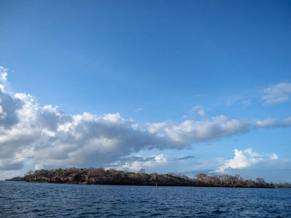 ケニアの最南にあるバオバブの島、ワシニ島が見えてきました。この島の向かいにあるのが最南端のシモニ半島です。