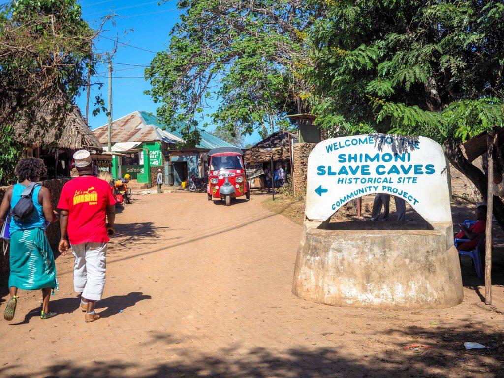 シモニ到着。18世紀頃、スワヒリ海岸一帯がオマーンの支配下にあった時代に内陸奴隷の集積場所として村が発展していたという歴史があります。