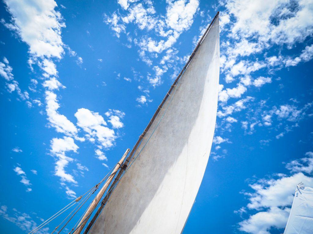翌朝、大きく三角帆を張ってタンザニアのペンバ島へ向けて出航です。インド洋を横切るような形になり、今回のルートの中でも難所の一つです。