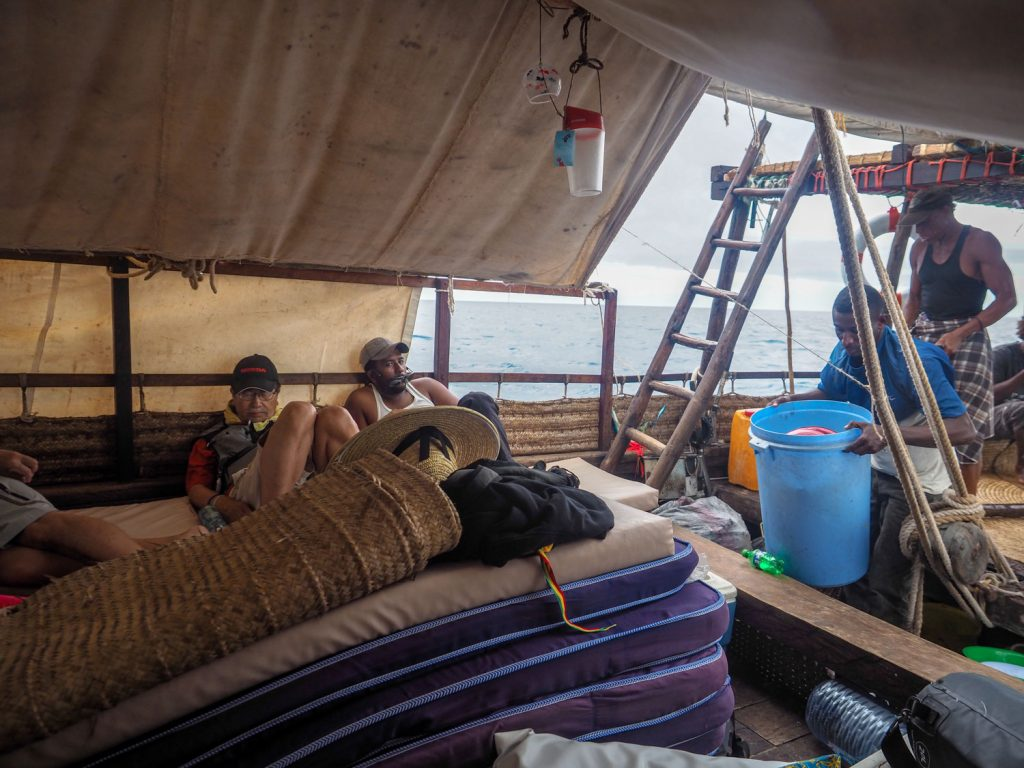 船の中央にすべての荷物とスタッフを集め、激しく吹き付けるスコールをやり過ごします。