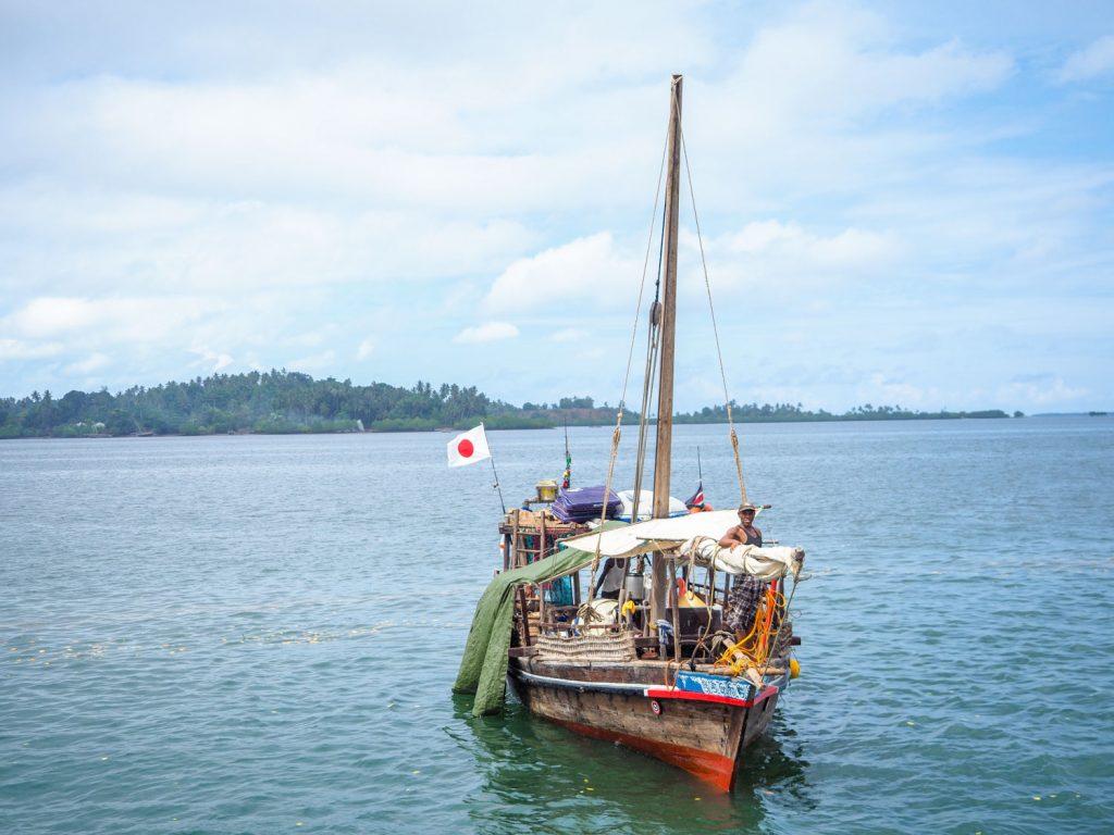 この日は1日激しく振り回されたので、ダウ船も港に仕舞い込み、一晩かけてメンテナンス。よくぞ持ちこたえてくれました