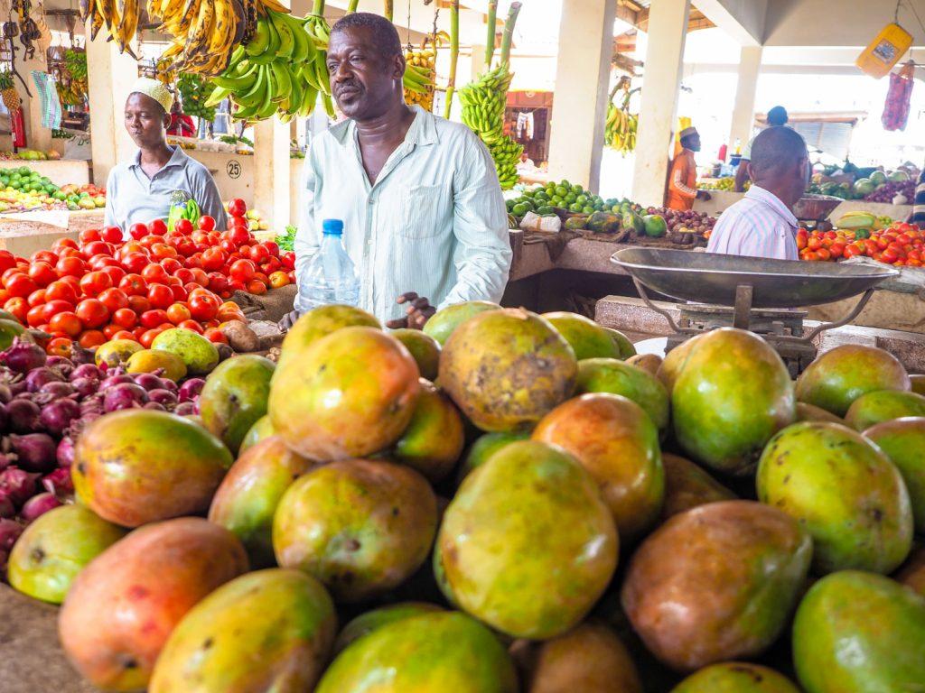 ここでも山ほどマンゴーを買い込みます。毎朝のお楽しみです。