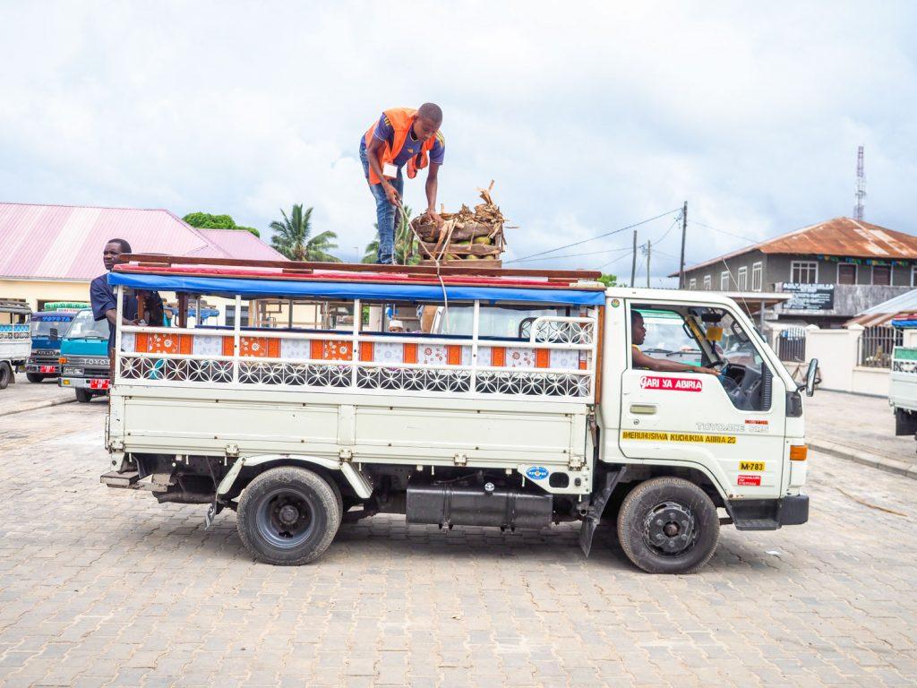 「ダラダラ」と呼ばれる乗り合いバス、いや乗り合いトラックです。島の公共交通機関です。