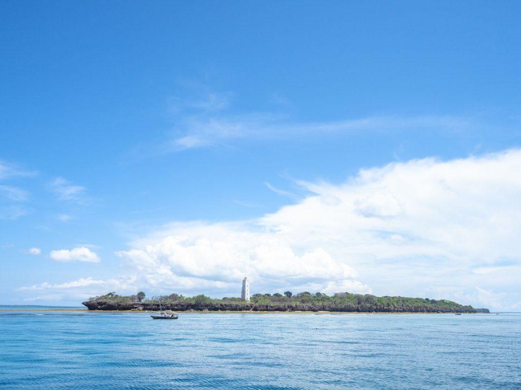 いよいよ最終日。一般的に「ザンジバル島」と呼ばれる本島。ウングジャ島への旅路です。島から島への間にも小さな島が点在します。