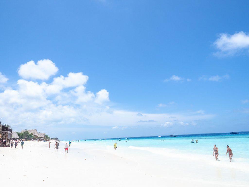 なんとダウ船をビーチに突っ込ませて上陸。今までの航海と、リゾートのギャップに少々戸惑います。