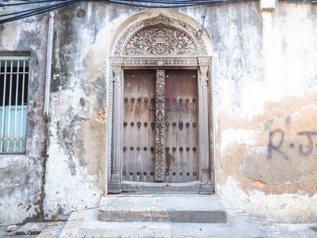 ザンジバル式のスワヒリ・ドア。ラム島で見たものとは様式が異なります。