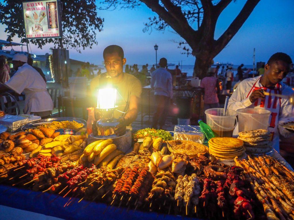ストーンタウンの夜のお楽しみと言えば、フォロダニ市場での魚介類。所狭しと屋台が並びます。