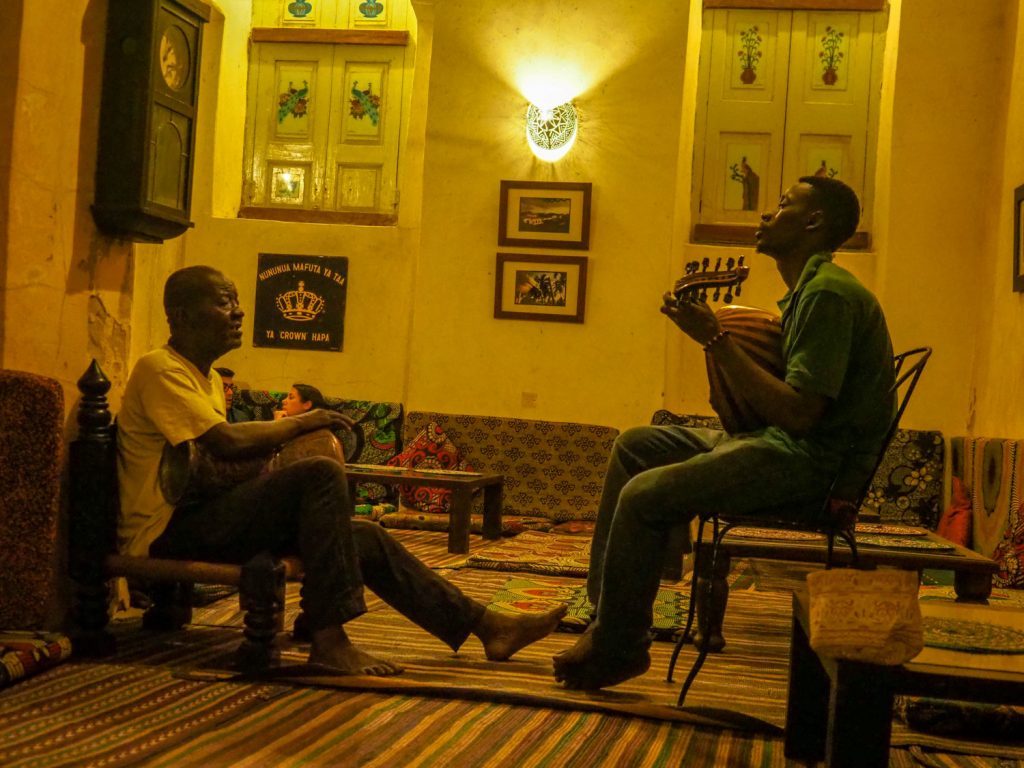 カフェではタアラブ音楽。アラブの音楽とアフリカの音楽が混ざり合い溶け合った、スワヒリ文化の最大の見どころの一つと言えます。