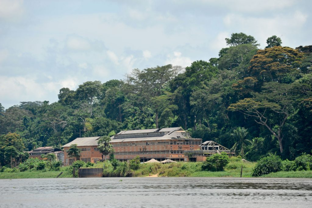 ヤンガンベ。ベルギー植民地時代から大規模な植物研究所があり、その集落の一部