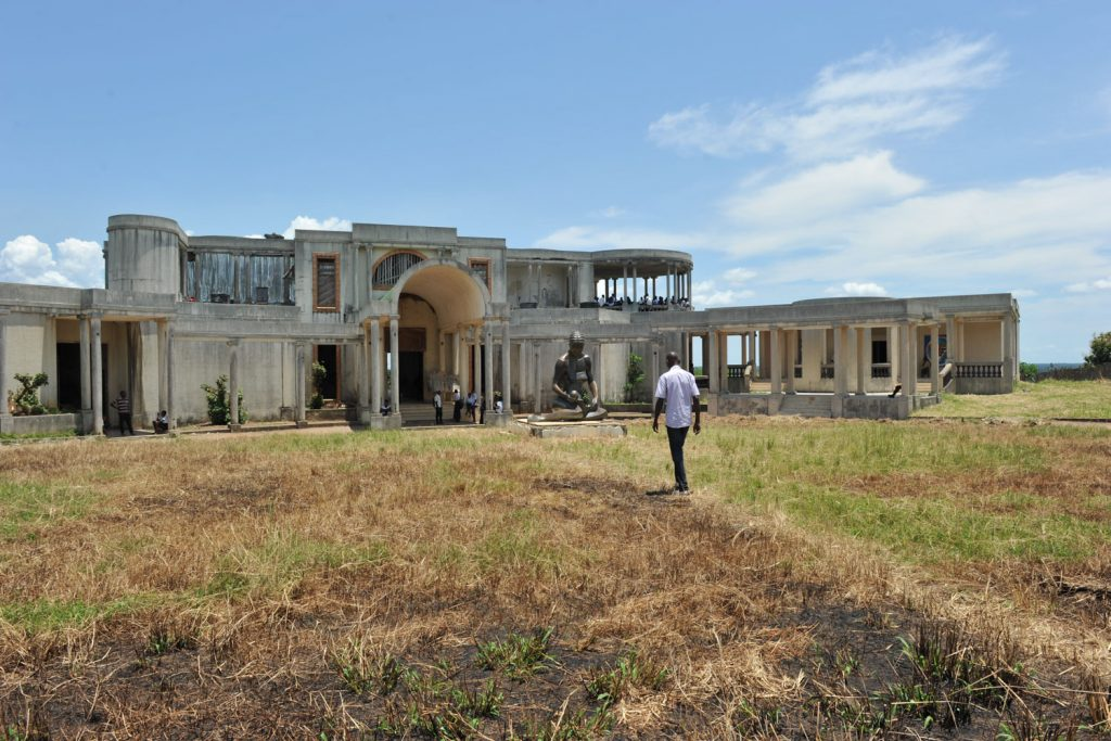 モブツ大統領の故郷リサラの高台にはコンゴ川を見渡せる立派な邸宅の廃墟が。今は学校です