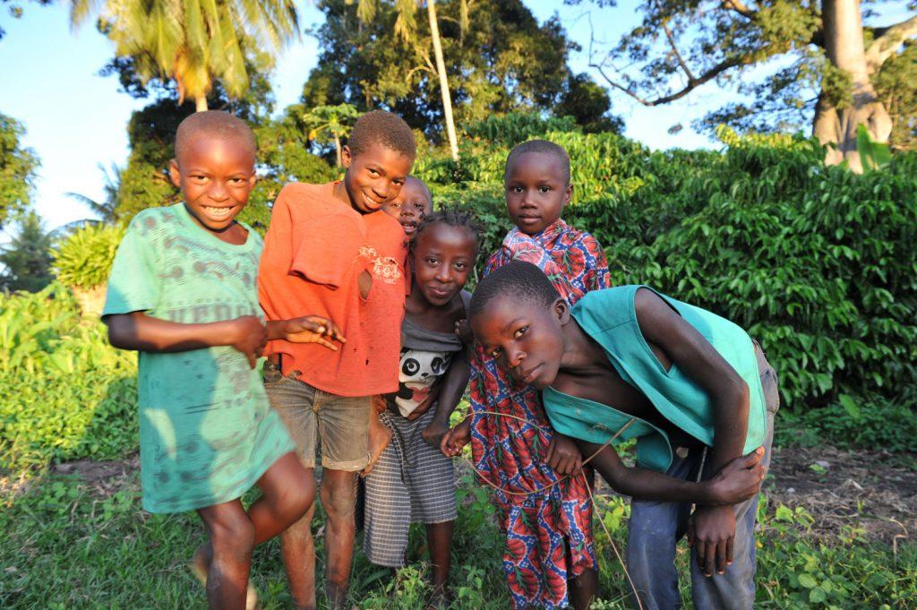 元気な村の子供たち