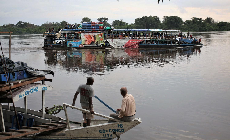 以前から憧れていた「コンゴ川下り」に連れて行って貰った。もちろん、丸木舟ではなく「ちゃんとした」屋形船で。この「のんびり」としてエキサイティングな経験を、僅か20枚の写真と拙い文章で伝えるのは難しい。コンゴ河で私が見たかったのは、人間や資材を満載した平底船を数隻繋いだ大型船が、ジャングルの大河を行く雄姿だ。