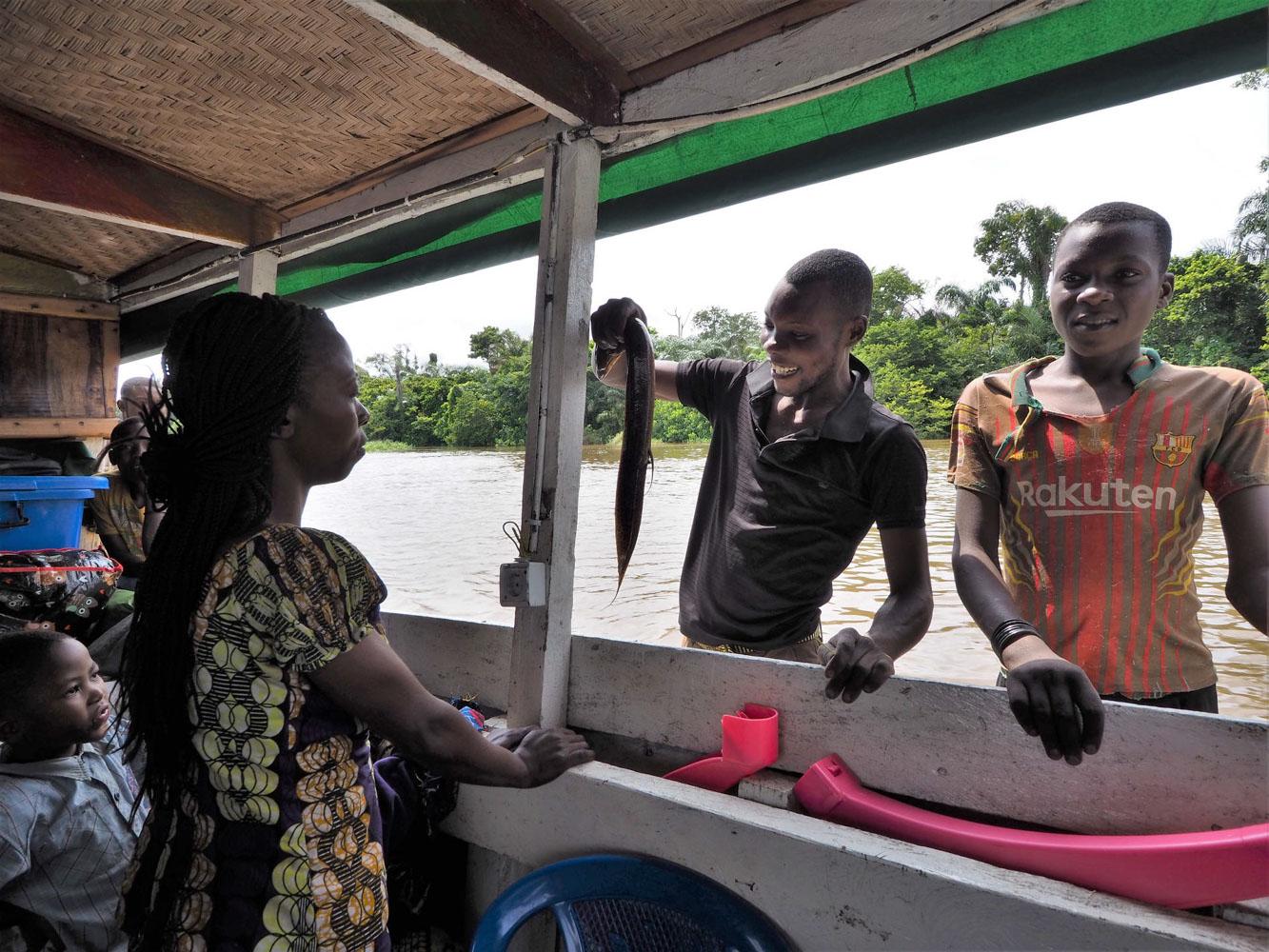 食事は「コンゴであることを思えば・・・」美味しい。16日間、全食事を船内でコックが作ってくれた・・・(道祖)神レベル。食材はコンゴ川漁師が、丸木舟で売りに来る。