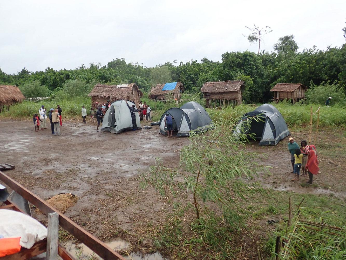 16時頃になったら、キャンプをするのに快適な場所を探す様だ。もちろん、そういうところを選んでるんだろうけど、何処の村も人々は、とってもフレンドリー。