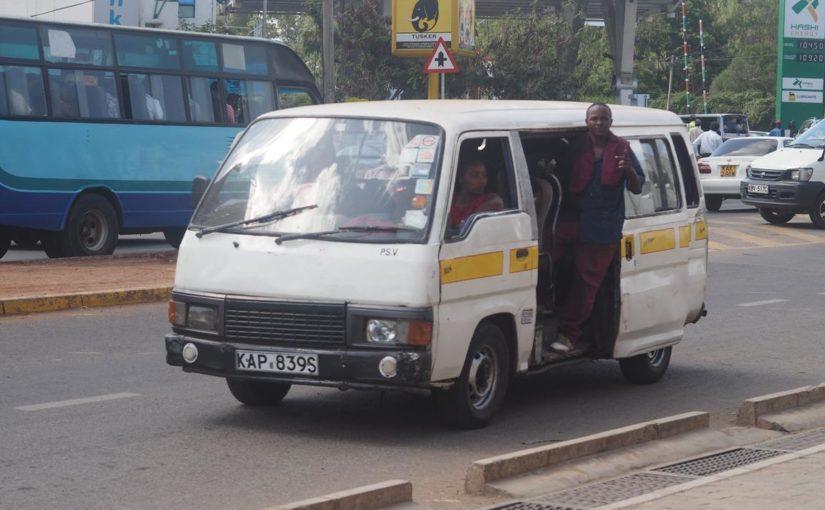 ケニア・ナイロビ名物の乗り合いバス 「マタトゥ」はハイエースが多い